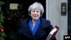 """El gobierno británico ha dicho que no limitará la cifra de inmigrantes capacitados y bien pagos que pueden radicarse en Gran Bretaña, pero sí el de trabajadores con """"baja capacitación""""."""