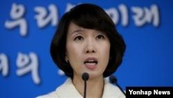 박수진 한국 통일부 부대변인이 12일 정부서울청사에서 열린 정례브리핑에서 북한의 상호비방 중단 촉구에 대한 취재진의 질문에 답변하고 있다.