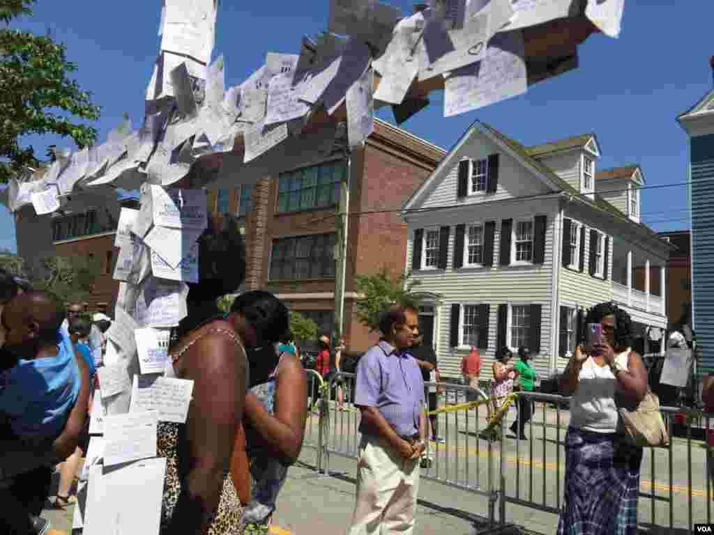 Salib dengan pesan-pesan penghormatan dipasang dekat Gereja AME Emanuel di Charleston, South Carolina (21/7). (VOA/Amanda Scott)