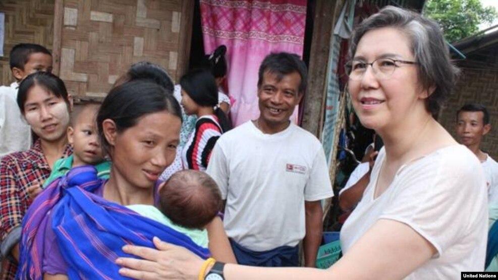 ကုလသမဂၢ အထူး ကိုယ္စားလွယ္ Ms Yanghee Lee ကခ်င္ ျပည္နယ္ ျမစ္ႀကီးနားၿမိဳ႕ ရွိ စခန္းကို သြားေရာက္စဥ္။ ဓါတ္ပံု - (UN Information Center)