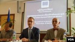 លោក Silvio Gonzato ប្រធាននាយកដ្ឋានទទួលបន្ទុកប្រជាធិបតេយ្យ និងសិទ្ធិមនុស្សប្រចាំសហភាពអ៊ឺរ៉ុប (កណ្តាល) និងលោក Jean-Francois Cautain ឯកអគ្គរដ្ឋទូតសហភាពអ៊ឺរ៉ុបប្រចាំនៅកម្ពុជា (ស្តាំ) និយាយទៅកាន់អ្នកសារព័ត៌មានក្នុងអំឡុងសន្និសីទព័ត៌មានកាលពីថ្ងៃសុក្រ ទី២២ ខែឧសភា ឆ្នាំ២០១៥។ លោក Silvio ធ្វើរបាយការណ៍សរុបនៃបេសកកម្មរយៈពេល៤ថ្ងៃរបស់លោកមកកាន់ប្រទេសកម្ពុជា ដែលបានចាប់ផ្តើមឡើងកាលពីថ្ងៃអង្គារ ទី១៩ ខែឧសភា។ (រូបថត៖ នៅ វណ្ណារិន/VOA Khmer)