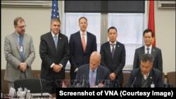 Trợ lý Ngoại trưởng Mỹ phụ trách vấn đề năng lượng Francis R. Fannon và Thứ trưởng Bộ Công Thương Việt Nam Đặng Hoàng An tại lễ ký kết thỏa thuận hợp tác giữa Tập đoàn Điện lực Việt Nam và Tập đoàn General Electric tại đối thoại lần 2 ở Washington DC hôm 12/4.