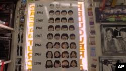 جدول مدل موهای چهار عضو گروه «بیتل ها» که پشت در آرایشگاه آویخته شده