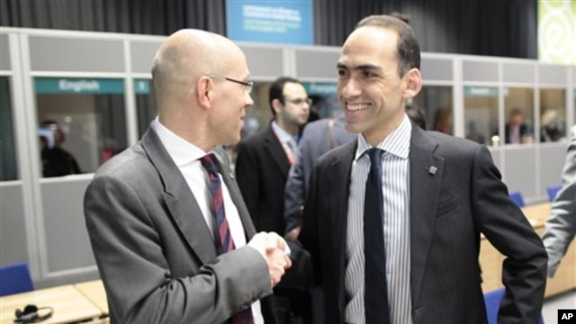 Jorg Asmussen, left, European Central Bank Executive Board member, and Cyprus Finance Minister Harris Georgiades in Dublin Castle, Ireland, April 12, 2013.