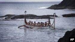 台湾东南外海兰屿上的原住民达悟族(Tao)在划船捕鱼(2008年6月14日)
