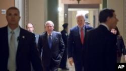 """""""میچ مک کانل""""، رهبر اکثریت سنا و برخی دیگر از سناتورها می گویند ایران با آزمایش موشکی تازه ای، آنها را نگران کرده است."""