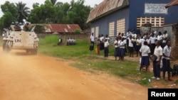 Des Casques bleus patrouillent près d'une école à Kananga, dans le Kasaï central, en RDC, le 11 mars 2017.