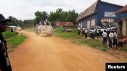 Des Casques bleus patrouillent près de Kananga, dans le Kasaï central, en RDC, le 11 mars 2017.