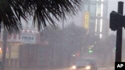 ຝົນຕົກໜັກຈາກລົມເຮີຣິເຄນ Irene ເຮັດໃຫ້ການຈະລາຈອນທີ່ເມືອງ Myrtle Beach ໃນລັດ South Carolina ມີການຊັກຊ້າ (27 ສິງຫາ 2011)