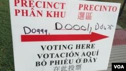Un cartel en varios idiomas indica a los votantes donde emitir sus votos en las elecciones primarias en Houston, Texas, el martes, 1 de marzo de 2016.
