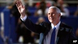 共和党副总统候选人、印第安纳州州长佩斯在共和党代表大会上向人群挥手(2016年7月20日)