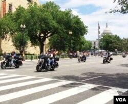 Những người tham gia cuộc diễu hành môtô Rolling Thunder hàng năm trước Ngày Chiến sĩ Trận vong ở Washington, ngày 29 tháng 5, 2016. (S. Verma/VOA)