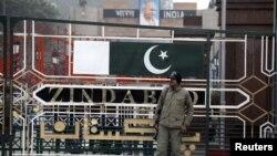 Pripadnik paravojnih snaga na indijsko-pakistanskom zajedničkom kontrolnom punktu