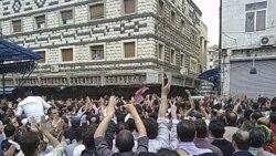 تشییع جنازه برای دست کم ۱۲ تن که روز یکشنبه کشته شدند و بیش از ۱۰ هزار نفر در آن شرکت داشتند