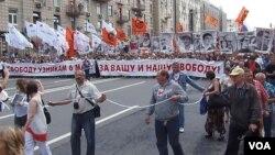 去年夏季莫斯科市中心舉行的要求自由和釋放政治犯的大遊行。(美國之音白樺攝)