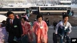 북측 이산가족 상봉 대상자들이 21일 남한에서 온 가족들을 만나기 위해 상봉 장소인 금강산 리조트에 도착하고 있다.