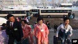 """Warga Korea Utara tiba di tempat pertemuan reuni keluarga yang terpisah perang Korea di tempat wisata """"Diamond Mountain"""" di Korea Utara (21/2)."""
