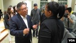 미국인으로서 북한에 최장 기간 억류됐다 풀려난 케네스 배 씨(왼쪽)가 지난 12일 미국 워싱턴 인근 교회에서 강연회를 가진 후 참석자들과 대화를 나누고 있다.