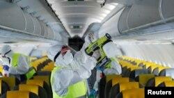 Дезінфекція літака в римському аеропорту в Італії, де уряд дозволив пасажирські перевезення після кількамісячного карантину у зв'язку з COVID-19