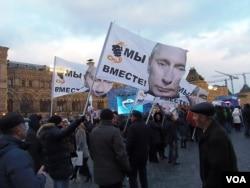 3月18日莫斯科红场的庆祝集会中,许多人手举印有普京头像的旗帜。(美国之音白桦)