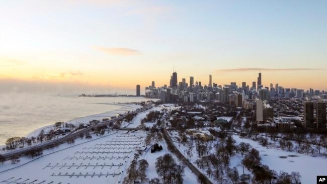 La orilla del lago de Chicago está cubierta de hielo el miércoles 30 de enero de 2019. Las temperaturas cayeron en picado en Chicago cuando los funcionarios advirtieron sobre aventurarse en el clima peligrosamente frío.