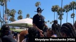 """Поліцейський спілкується з мешканцями на """"Веніс Боардволк"""""""