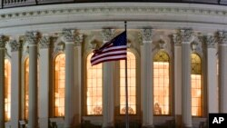Bendera AS berkibar di depan US Capitol di Washington. (Foto: AP/J. David Ake)