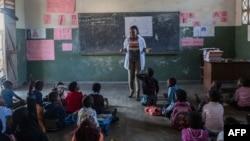 Des élèves mozambicains suivent à l'école primaire de Mitilene où des classes bilingues sont enseignées, à Manhica, au Mozambique, le 20 juin 2018.