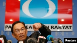 Malaysia's opposition leader Anwar Ibrahim gestures during a news conference at his party's headquarters in Petaling Jaya, outside Kuala Lumpur, May 7, 2013.