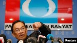 ທ່ານ Anwar Ibrahim ຜູ້ນໍາພັກປະສົມຂອງກຸ່ມ Pakatan Rakyat ທີ່ເປັນພັກຝ່າຍຄ້ານ ຖ່າຍຮູບໃນກອງປະຊຸມຖະແຫລງຂ່າວ ທີ່ສໍານັກງານຂອງພັກ ຂອງທ່ານ ທີ່ເມືອງ Petaling Jaya ນອກນະຄອນຫລວງ Kuala Lumpur ໃນວັນທີ 7 ພຶດສະາ 2013.