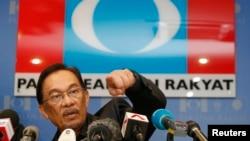 Pemimpin oposisi Malaysia Anwar Ibrahim dalam konferensi pers di kantor pusat partainya di Petaling Jaya, luar Kuala Lumpur (7/5).