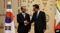 9일 한국 청와대에서 정상회담에 앞서 악수를 나누는 테인 세인 버마 대통령(왼쪽)과 이명박 한국 대통령.