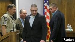 星期二晚间,劳斯(中)被判2013年2月在一个靶场和度假地谋杀凯尔及其朋友利特菲尔德的罪名成立。