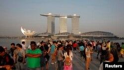 Para turis di Marina Bay, Singapura.