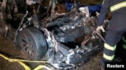 Puing-puing mobil swakemudi Tesla yang mengalami kecelakaan di The Woodlands, Texas, Sabtu, 17 April 2021. (Foto: Scott J. Engle via Reuters)
