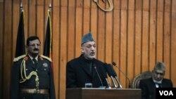 Presiden Hamid Karzai memberikan pidato dalam pembukaan sidang parlemen Afghanistan yang pertama di Kabul, 26 Januari 2011. Karzai sempat bersitegang dengan para anggota parlemen mengenai keabsahan hasil pemilu.