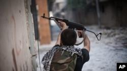Tentara Pembebasan Suriah melepaskan tembakannya ke arah tentara Suriah di Amariya, distrik Aleppo, Suriah (Foto: dok). Pesawat tempur Suriah meratakan sebuah bangunan di dekat rumah sakit di kota ini, Rabu (21/11).