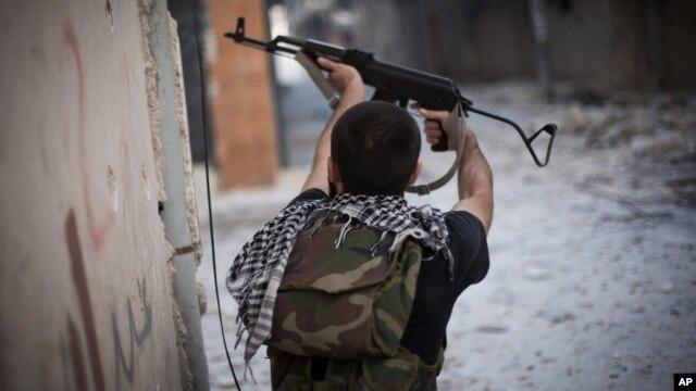 Một binh sĩ phe nổi dậy đang chiến đấu trong quận Amariya, thuộc thành phố Aleppo của Syria
