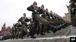 Российские десантники на военном параде в честь праздника Победы в Великой Отечественной войне 1941-1945 годов. Красная площадь. Москва, Россия. 9 мая 2012 г.