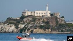 2013年10月,美國舊金山海灣的阿爾卡特拉斯島,美國海岸警衛隊的船駛過。