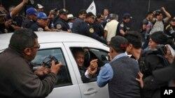 ប្រធានាធិបតីទើបនឹងជាប់ឆ្នោតថ្មីរបស់ប្រទេសម៉ិកស៊ិក លោក Lopez Obrador ទទួលស្វាគមន៍ពីអ្នកគាំទ្រម្នាក់ កាលពីថ្ងៃទី៣ ខែកក្កដា ឆ្នាំ ២០១៨។