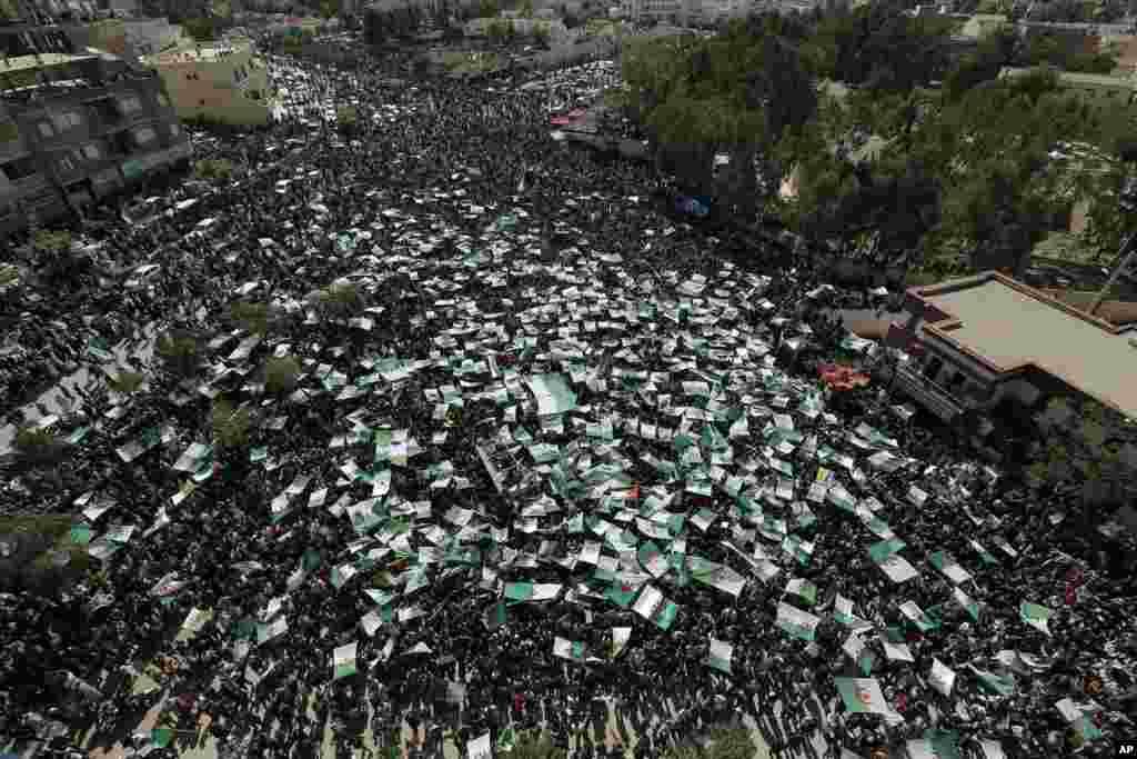 مردم الجزایر همچنان به رئیس جمهوری موقت این کشور معترض هستند و روز جمعه یک اعتراض بزرگ در دهمین هفته اعتراضات در شهر «برج بو عریریج» در شمال کشور تدارک دیدند.