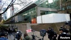 媒体等候在加拿大不列颠哥伦比亚省一家正在审理孟晚舟案的法院外。(2018年12月10日)