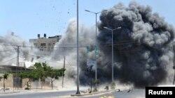 Explosion provoquée par une frappe aérienne israélienne sur une maison dans la ville de Gaza, le 23 août 2014. (Reuters / Ezz Zanon)