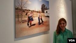 """La joven artista Bega Anton viajó durante casi un año por diferentes estados de EE.UU. para recopilar su obra que lleva el nombre de """"Everybody loves to Chachachá"""". [Foto: Alejandro Escalona, VOA]."""