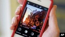 Aplikasi Instagram terbaru memungkinkan pengguna membuat kolase foto, mengatur tata letak foto dan menyesuaikan ukuran dan bentuknya.