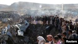 也门萨阿达省空袭发生地点聚集的人群(2017年11月1日)