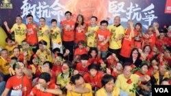 香港人民力量及社民連宣佈合組「抗命派」選舉聯盟,出選立法會選舉。(美國之音湯惠芸攝)
