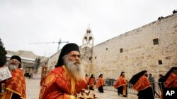 Священослужителі Грецької православної церкви проводять літургію в Церкві Різдва Христового, Вифлеєм, 6 січня 2015 р.
