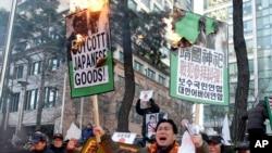 韩国人在日本驻首尔使馆前抗议日相安倍晋三参拜靖国神社。(2013年12月27日)